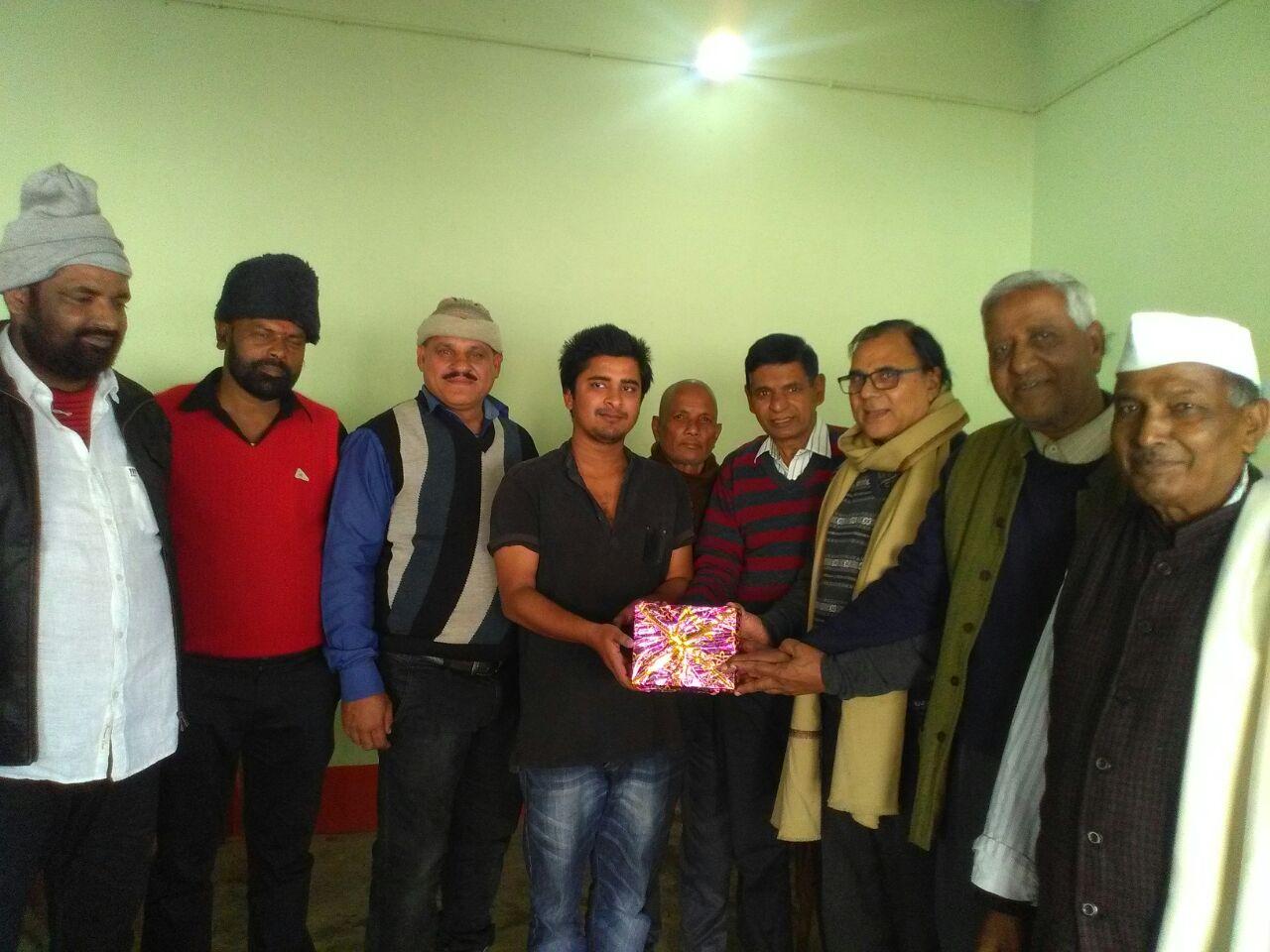 Samajsevi Dr.Madhepuri giving the best social activist award to a youth Kakkoo Kumar organised by Retired Army Man & Proprietor Dilip Kumar of Radha Krishna Sweets Corner Jaipalpatti Chowk in auspicious presence of Prof.S.K. Yadav , WC Dhyani Yadav , Dr.Arun Kumar and Parojee etc.
