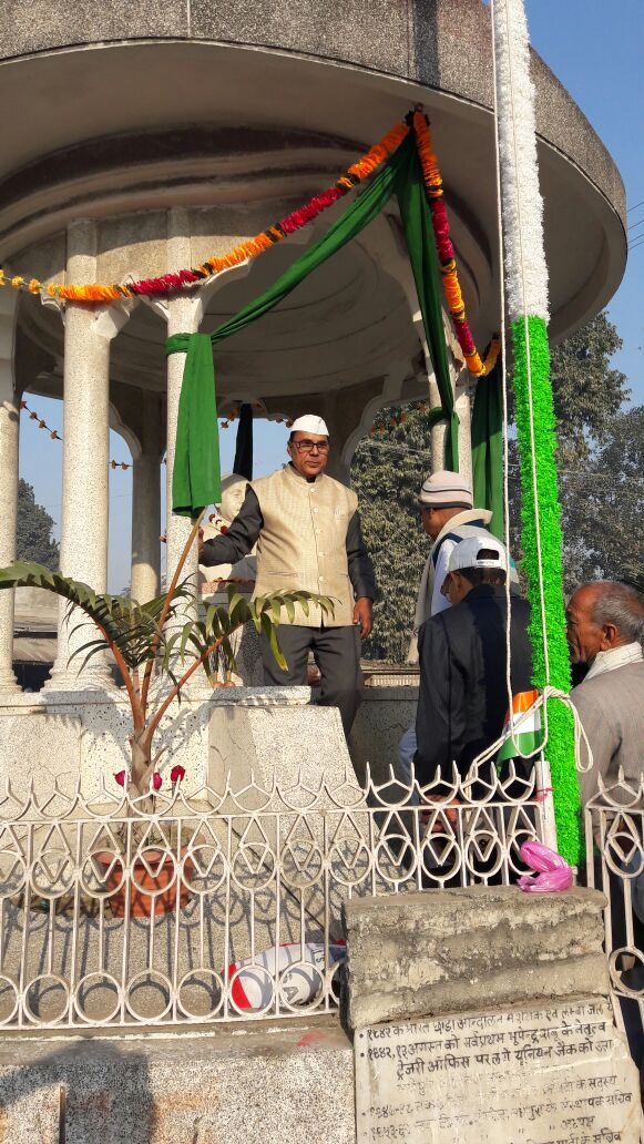 Samajsevi Dr.Bhupendra Madhepuri with Dr.Alok Kumar and others VIPs garlanding the statue of Freedom Fighter B.N.Mandal on the occasion of The 68th Republic Day Flag Hoisting Ceremony at Bhupendra Chowk , Madhepura .
