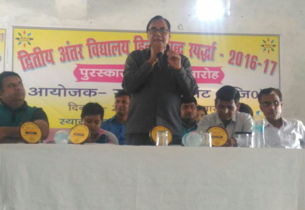 Chief Guest Dr.Bhupendra Madhepuri addressing the boys & girls and their parents at the Prize Distribution Ceremony of 2nd Spelling Bee Hindi Championship at Parvati Science College, Madhepura.