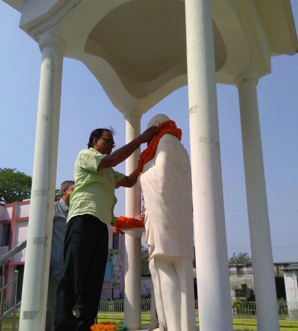 Samajsevi Dr.Bhupendra Madhepuri paying tribute to Rashtrapita Mahatma Gandhi at Samaharnalaya Campus, Madhepura.