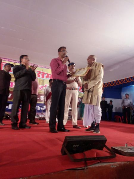 Dr.Madhepuri gives clapping welcome to Shri Niranjan Prasad Singh alias Bhola Singh while receiving Honour-Certificate & Angavastram from Dynamic DM Md.Sohail for his act of philanthropy  .