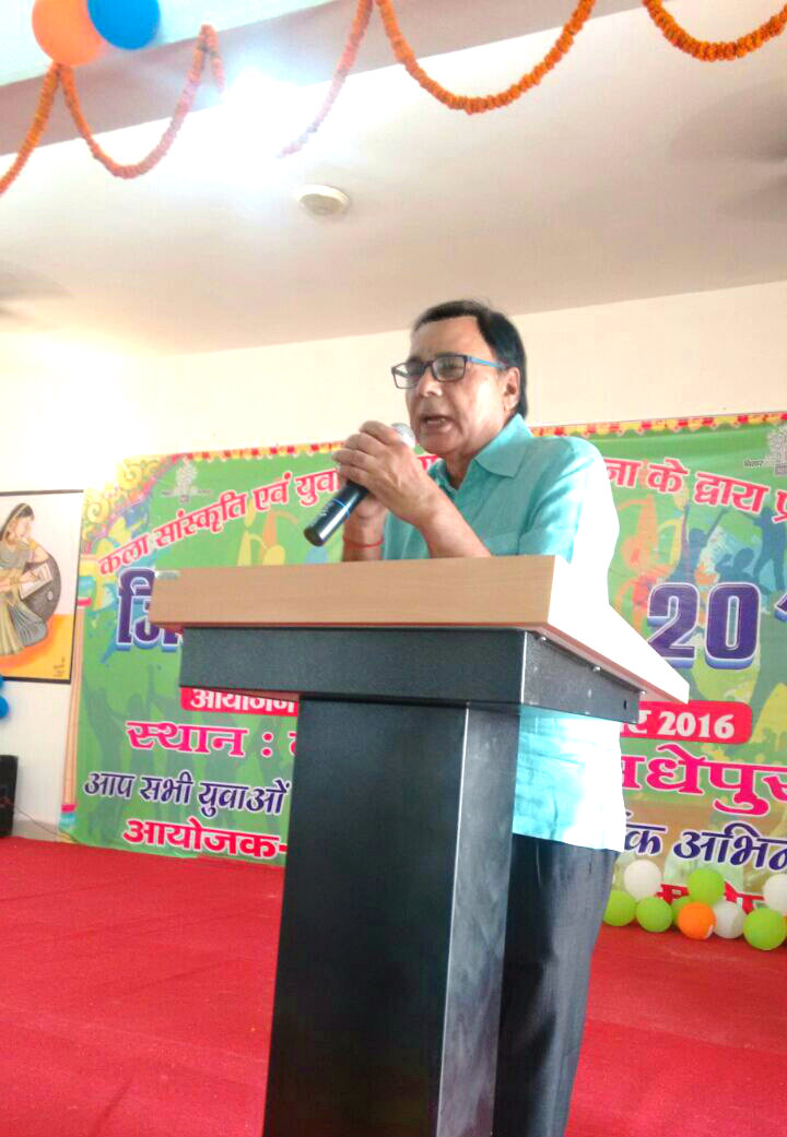 Samajsevi Dr.Bhupendra Madhepuri addressing at BN Mandal Kala Bhawan Madhepura on the eve of Yuva Utsav Samaroh.