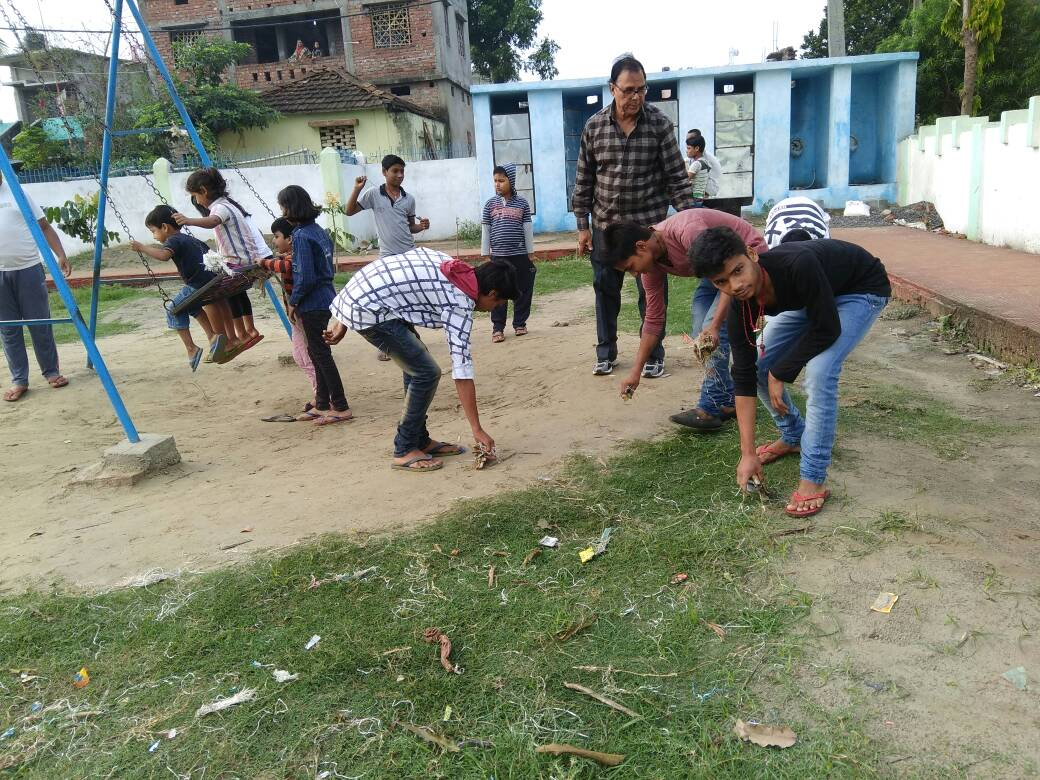 Samajsevi Dr.Bhupendra Madhepuri along with the team of Navachar Mandal engaged to clean the Park near Zila Atithi Griha at Madhepura.