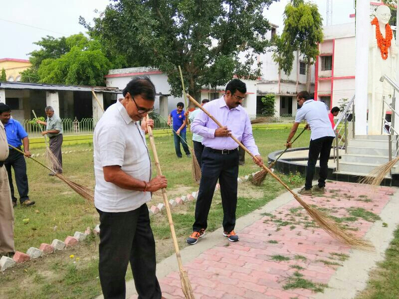 Samajsevi Dr.Bhupendra Madhepuri with DM Md.Sohail, SP Vikas Kumar and others engaged in Swachta Abhiyan in the campus of  Samaharnalaya near Rashtrapita Mahatma Gandhi's statue on the occasion of Champaran Satyagraha Centenary- 2017 at Madhepura.