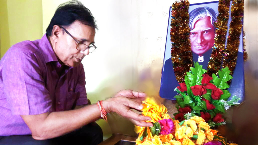 Samajsevi Sahityakar Dr.Bhupendra Madhepuri paying tribute to Bharatratna Missile Man Dr.A.P.J. Abdul Kalam on the occasion of Death Anniversary (27th July, 2017) at Madhepura.