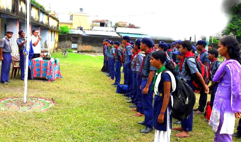 Dr.Bhupendra Narayan Madhepuri encouraging Boys and Girls to help flood victims .