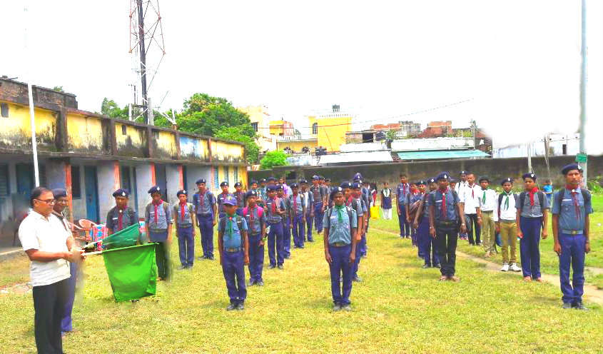 Samajsevi Dr.Bhupendra Madhepuri showing Green Flag to Scout and Guide Trainees to serve the Flood Victims of Madhepura District (Alamnagar , Chausa , Puraini etc)