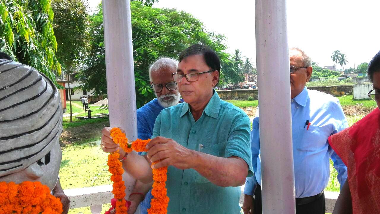 Samajsevi Dr.Bhupendra Madhepuri paying tribute to The Great Social Reformer & Freedom Fighter Babu Rasbihari Lal Mandal's statue along with Prof.Prabhash Chandra Yadav, Dr.Arun Kumar Mandal and Principal Mrs.Ranjana Jha on the eve of the 99th Punya Tithi at Rasbihari High School Campus , Madhepura.