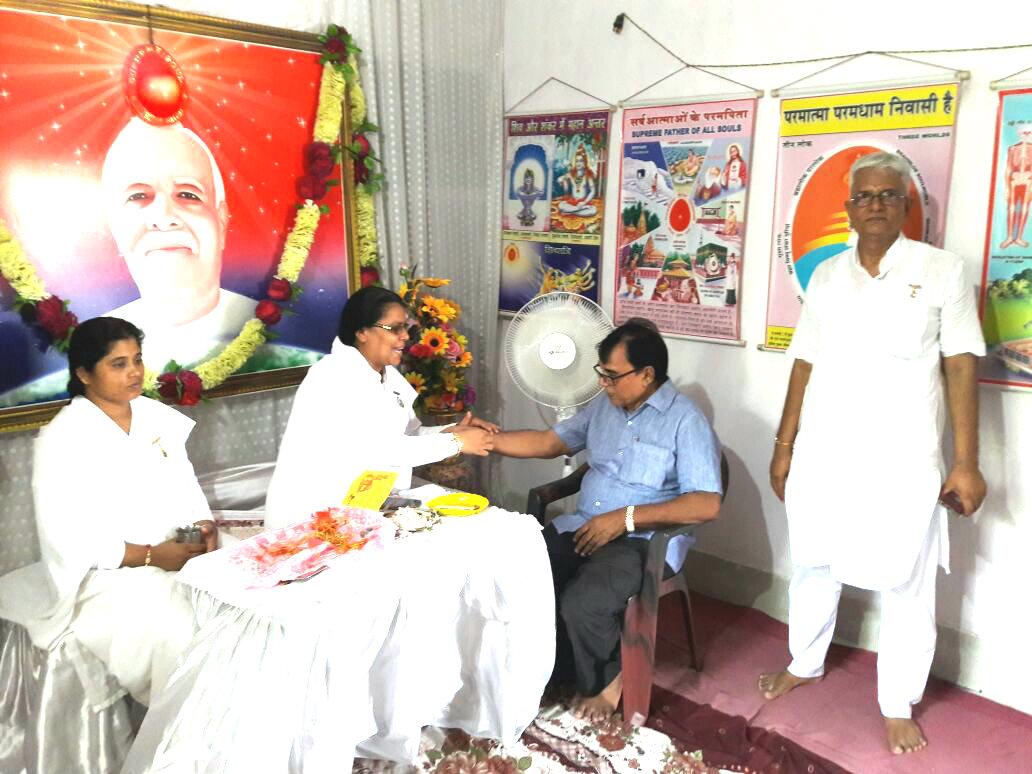Dr.Bhupendra Madhepuri is being tied Rakhi by Rajyogini Ranju Didi at Prajapita Brahma Kumari Vishwavidyalaya branch at Madhepura .