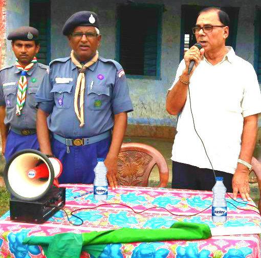 Samajsevi Dr.Bhupendra Madhepuri addressing Scout & Guide Prashikshan Ayukta J.K.Yadav and Boys & Girls too at Rasbihari High School Ground , Madhepura .