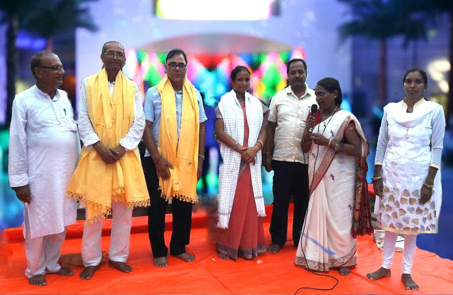 Educationist Dr.Bhupendra Madhepuri is being honoured with Bihar State Patanjali Mahila Prabhari Dr.Veena Kumari and Patanjali Mandal Prabhari Chandeshwari Prasad at Madhepura .