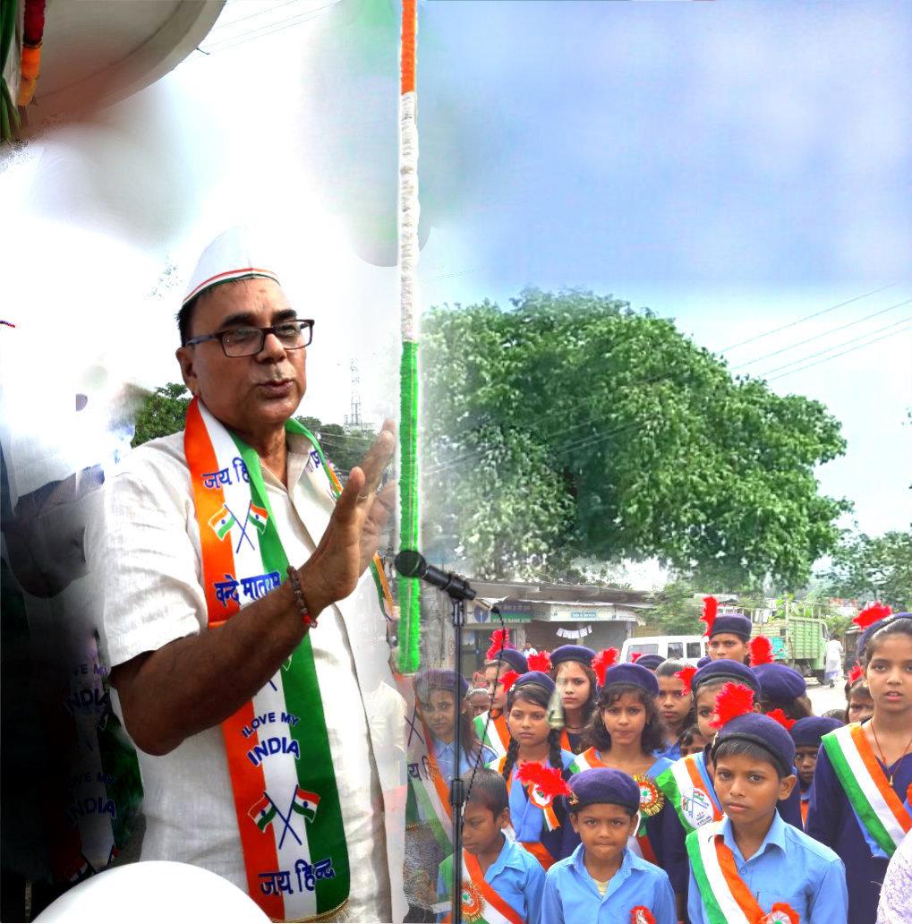 Samajsevi Dr.Bhupendra Madhepuri addressing Students after Flag Hoisting at Bhupendra Chowk , Madhepura .