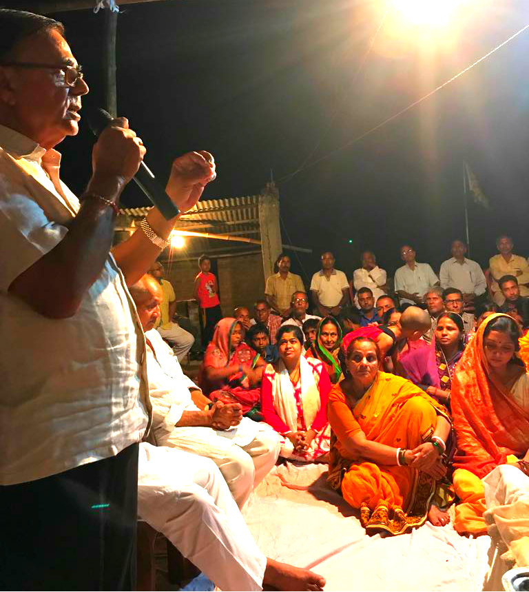 Samajsevi Dr.Bhupendra Madhepuri delivering Satyasang Speech to the devotees on the occasion of the 11th Punya Tithi Samaroh of Dadi Prakashmani at Madhepura .