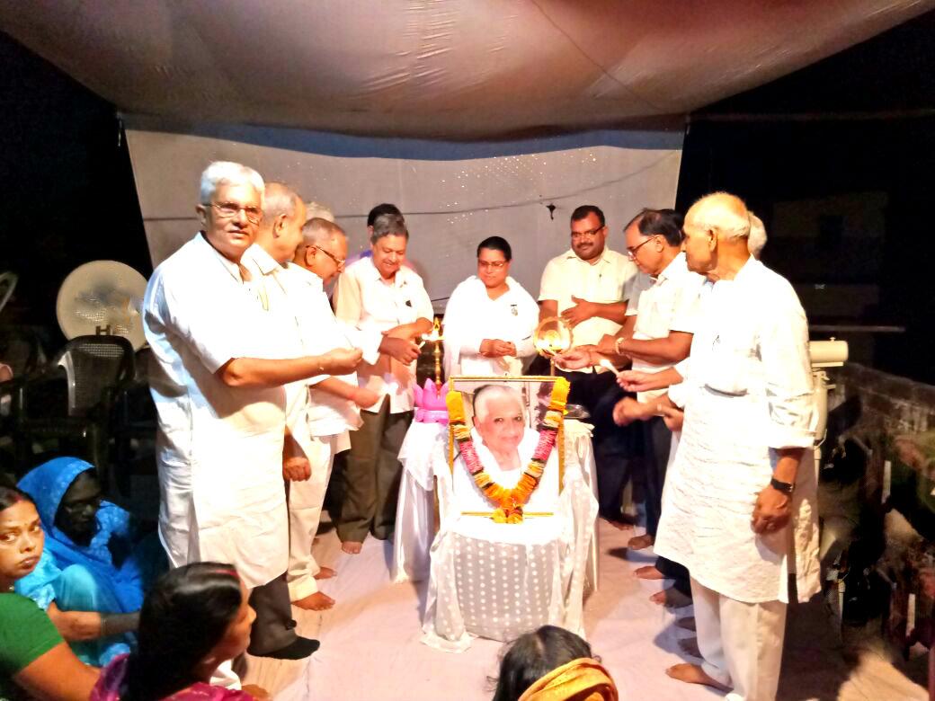Educationist Dr.Bhupendra Madhepuri , SDM Shri Sanjay Kumar Nirala , Civil Surgeon Dr.Gadadhar Pandey , Shri Pran Mohan , Dr.Mithilesh Kumar , Shri Vinoy Vardhan along with Rajyogini Ranju Didi inaugurating 11th Death Anniversary of Dadi Prakashmani at Brahmakumari Ishwariya Vishwavidyalaya , Madhepura .