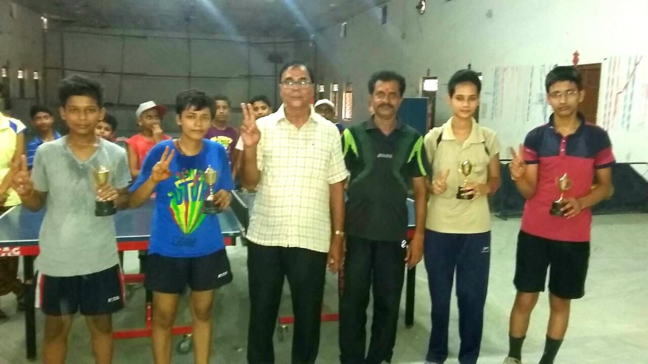 Dr.Madhepuri after giving prizes to winners Riyanshi Gupta -Harshraj & Runners Riya and Ankit along with T.T. Coach Pradeep Shrivastava at social club Madhepura.