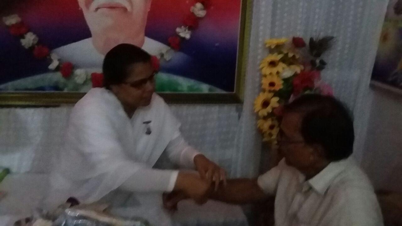 Prajapita Brahmakumari Ranju Didi tying Rakhi to Dr. Madhepuri on the occasion of Raksha Bandhan at Madhepura