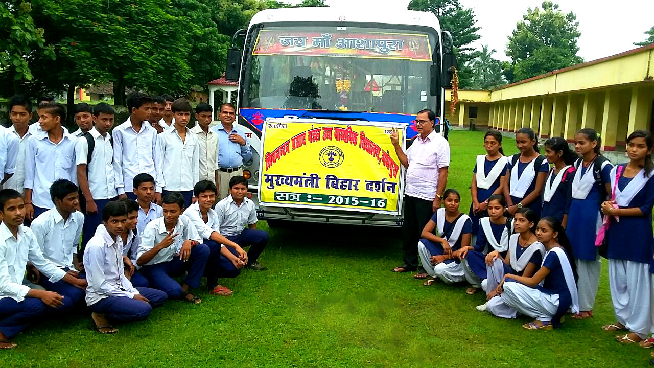 Dr.Bhupendra Madhepuri showing victory sign to the students who are departing for State Government Sponsored