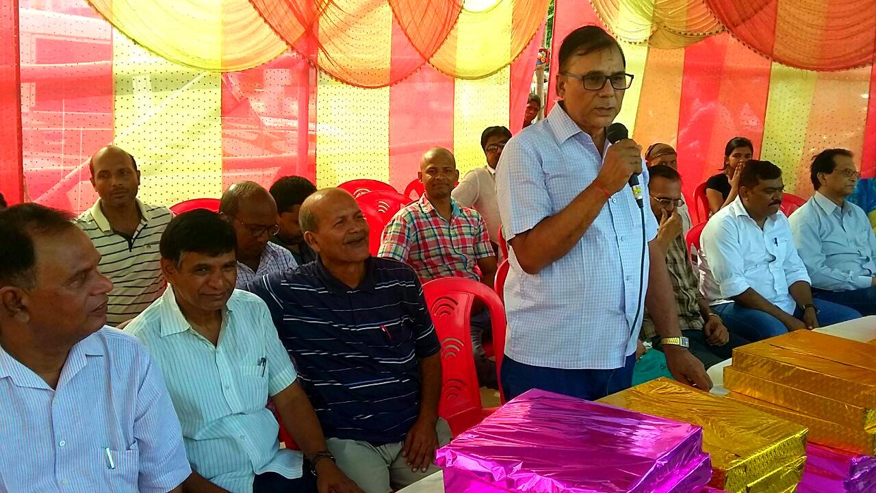 Samajsevi Dr.Bhupendra Madhepuri addressing Sports Persons & Gentlemen during Madhepura Marathon 2016.