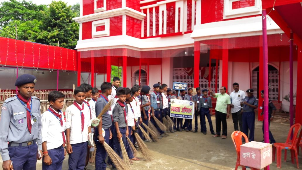 Swachhta Abhiyan during Durga Pooja withTridipt Ganguly, Scout & Guide Ayukt JayKrishna Yadav and Trainees at Madhepura.