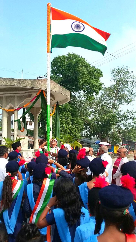 Samajsevi Dr.Bhupendra Madhepuri hoisting the Indian National Flag on the auspicious occasion of Independence Day 2016 at Bhupendra Chowk Madhepura.