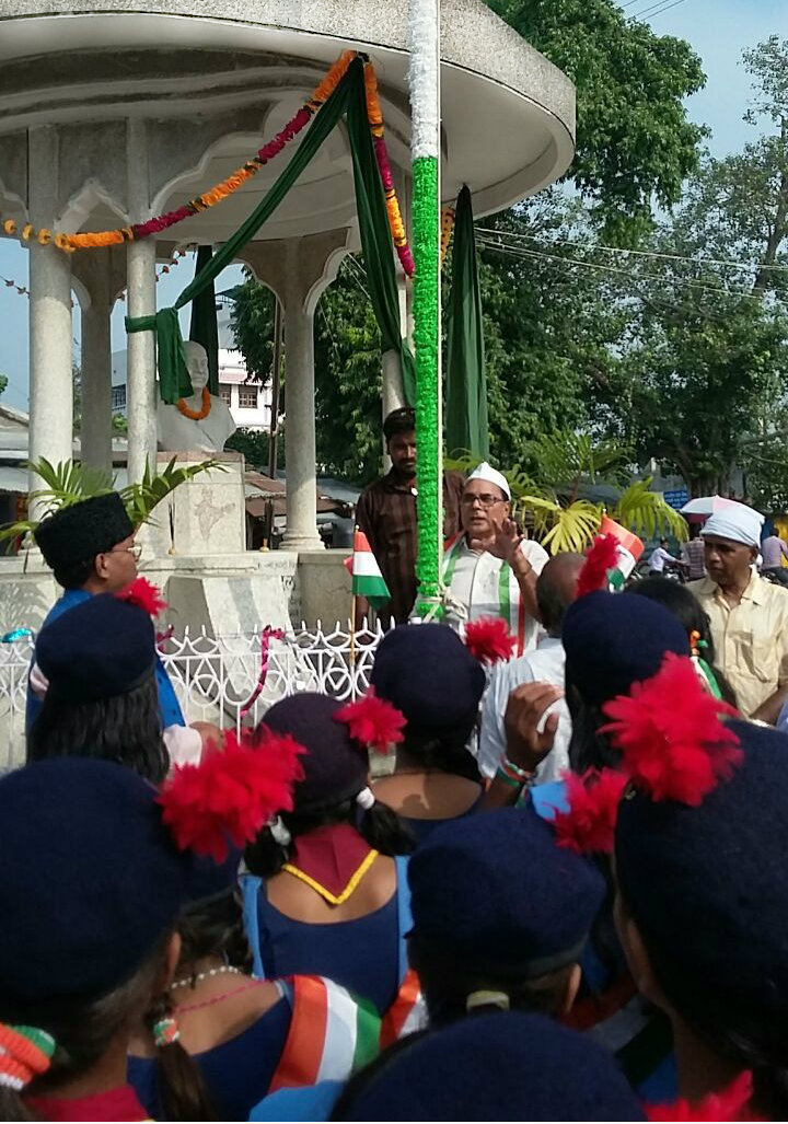 Educationist Dr.Bhupendra Madhepuri addressing School Kids and gentlemen after flag hoisting at Bhupendra Chowk Madhepura.
