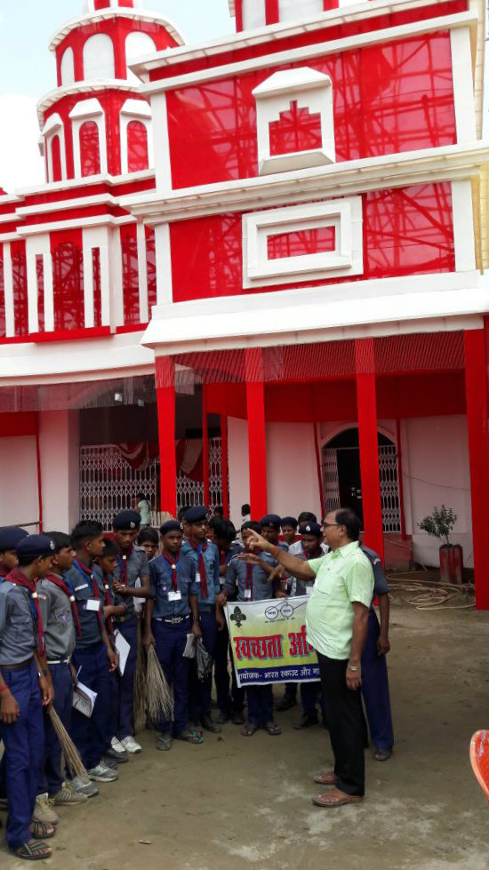 Talking to Scout & Guide Trainees during Durga Pooja Swachhta Abhiyan at Bangla School Madhepura.