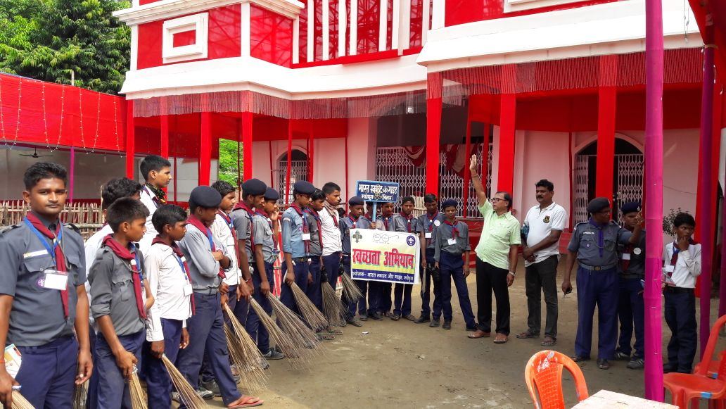 Samajsevi Dr.Bhupendra Madhepuri commencing Swachhta Abhiyan during Durga Pooja with Scout & Guide Trainees at Madhepura.