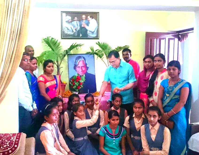 Samajsevi Dr.Bhupendra Madhepuri celebrating Bharatratna Dr.APJ Abdul Kalam's Happy Birthday with School Kids at his residence Vrindavan , Madhepura.