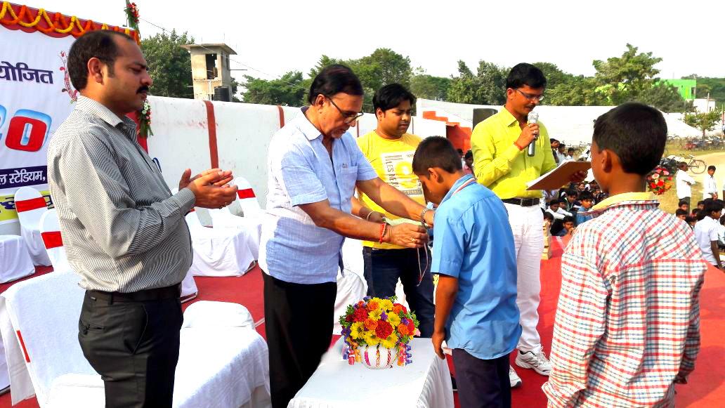 Dr.Madhepuri conferring medals to the winners at B.N. Mandal Stadium, Madhepura.
