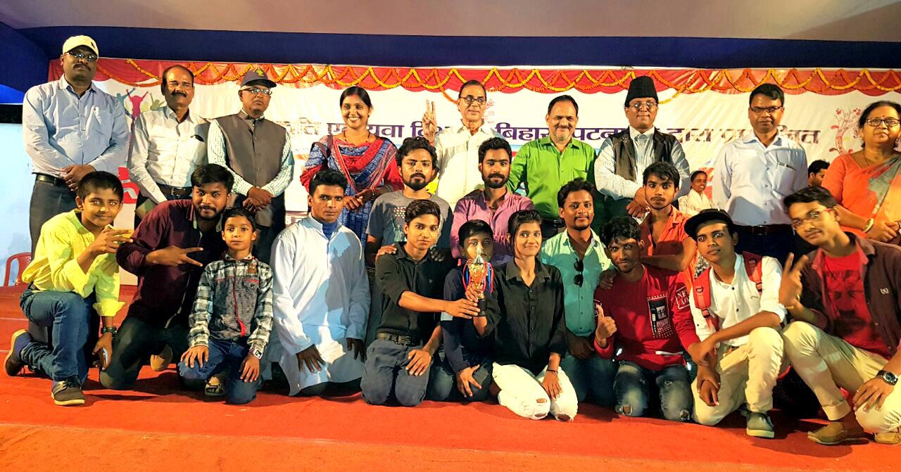 Dr.Madhepuri showing victory sign with ADM Abdul Razzaq, winners of Nawachar Rang Mandal and others at B.N. Mandal Stadium Madhepura.