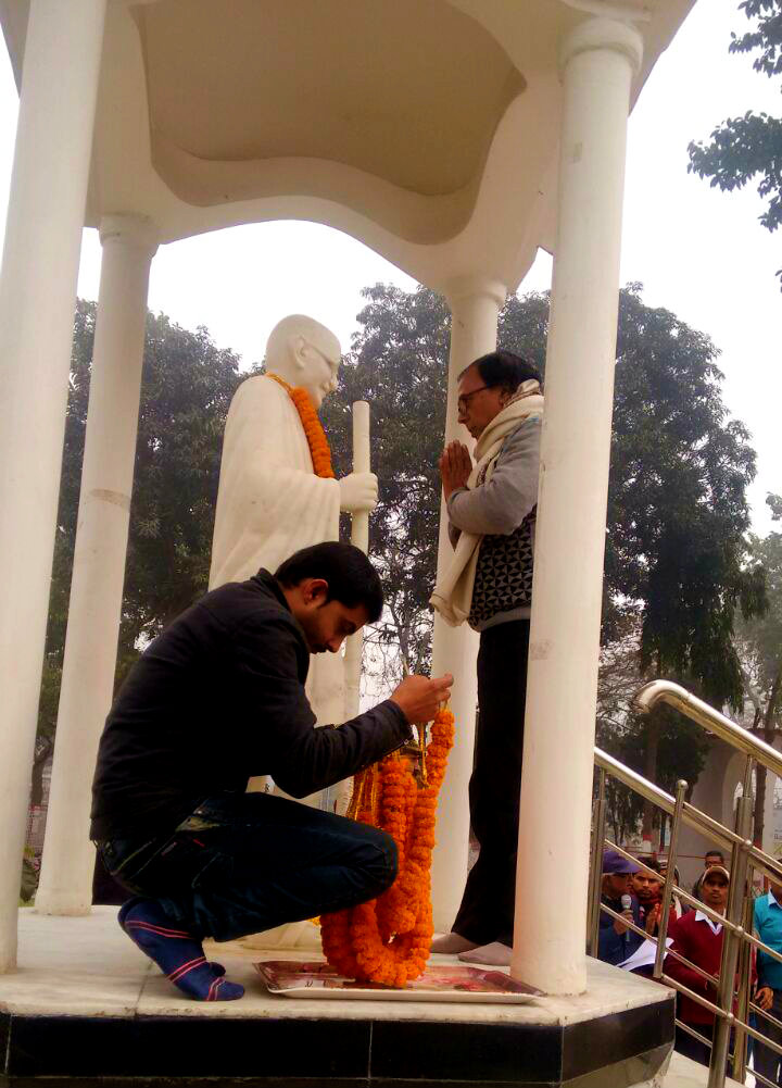 Dr.Madhepuri paying homage to Rashtrapita Mahatma Gandhi on Martyrs Day at Gandhi Park , Samaharnalaya Campus, Madhepura.