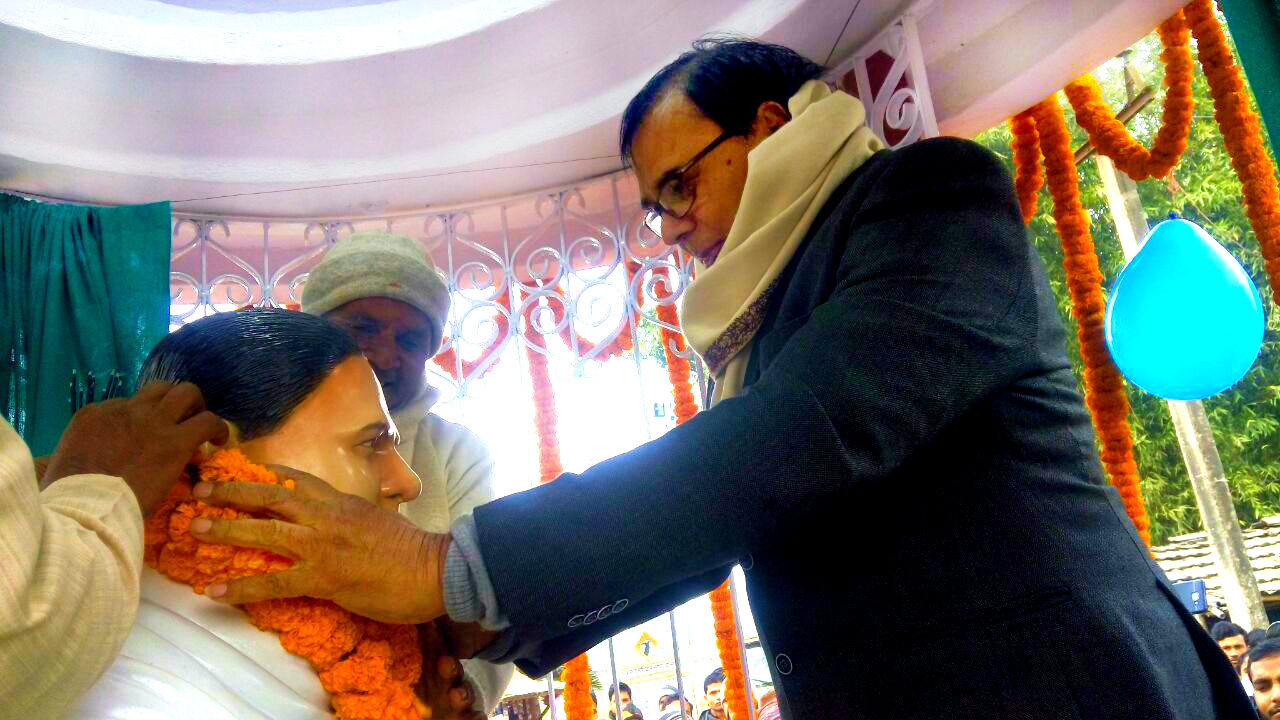 Samajsevi Dr.Madhepuri paying homage to Shahid Chulhai Mandal at Manahra.