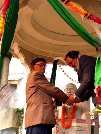 Samajsevi Dr.Madhepuri with Literary Man Sri Hari Shankar Shrivastav Shalabh  paying homage to Great Socialist Leader Bhupendra Narayan Mandal at Bhupendra Chowk Madhepura.