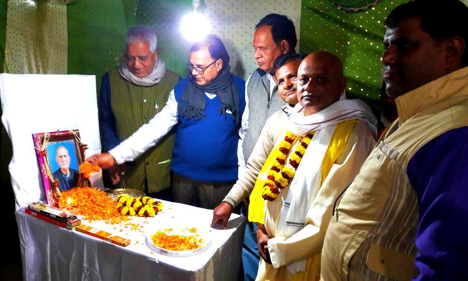 Samajsevi Dr.Bhupendra Madhepuri along with Principal Dr.Ashok Kumar & Prof. S.K.Yadav paying tribute to Gandhiwadi social activist Sri Janak Ram at Madhepura.