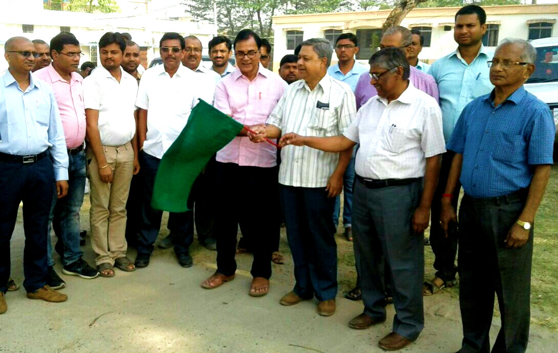 Educationist Dr.Madhepuri along with Civil Surgeon Dr.Gadadhar Pandey and others showing green flag to the TB Awareness Campaigners at Civil Hospital Madhepura.