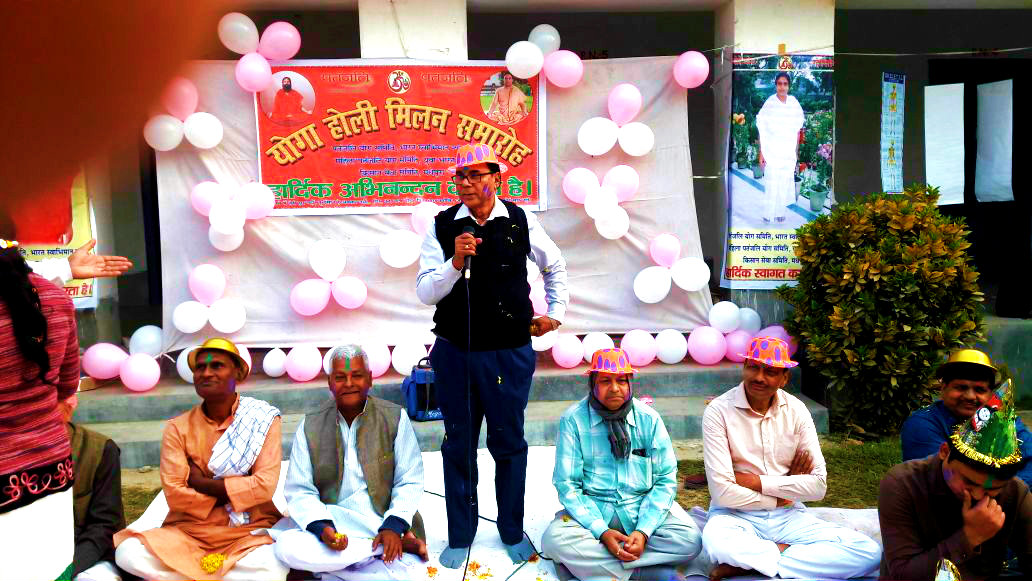 Samajsevi Dr.Bhupendra Madhepuri addressing at Yoga Holi Milan Samaroh at Rasbihari High School Campus Madhepura.