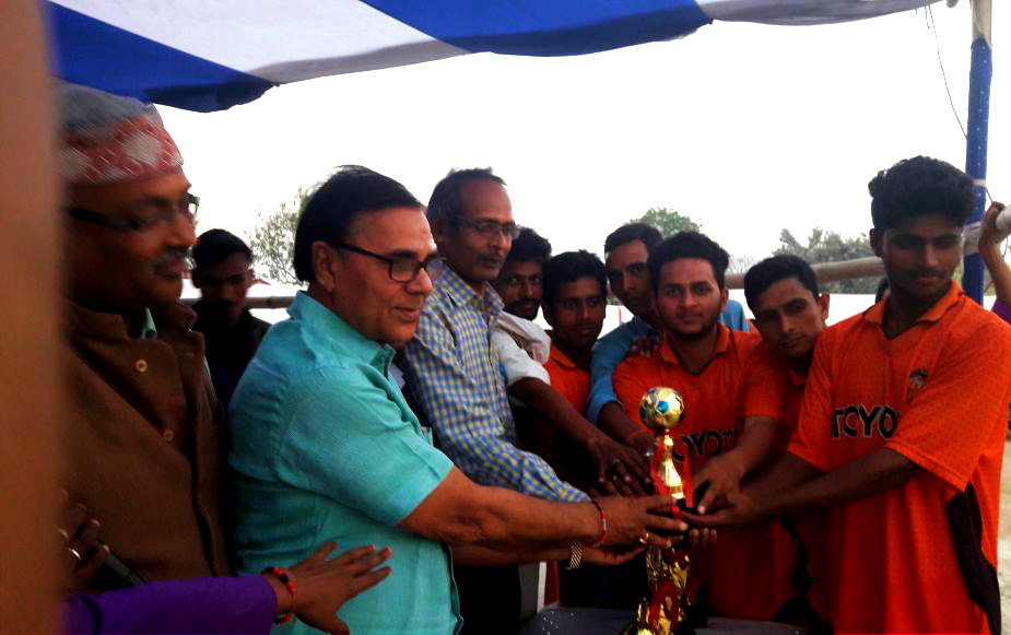 Prize Distribution Chief Guest Dr.Bhupendra Madhepuri with Co-ordinator Nehru Yuva Kendra Shri Ajay Kumar Gupta & others giving Cup to the Winning Football Team of Mathai at B.N.Mandal Stadium, Madhepura.