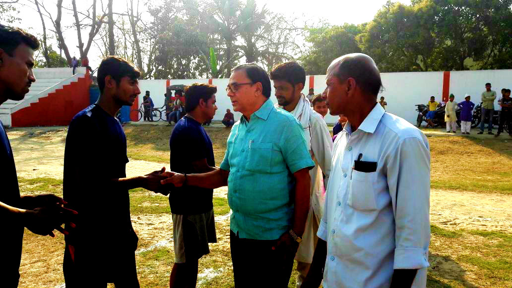 Chief Guest Dr.Madhepuri  shacking hands with Volleyball players at B.N.Mandal Stadium organised by Nehru Yuva Kendra Madhepura.