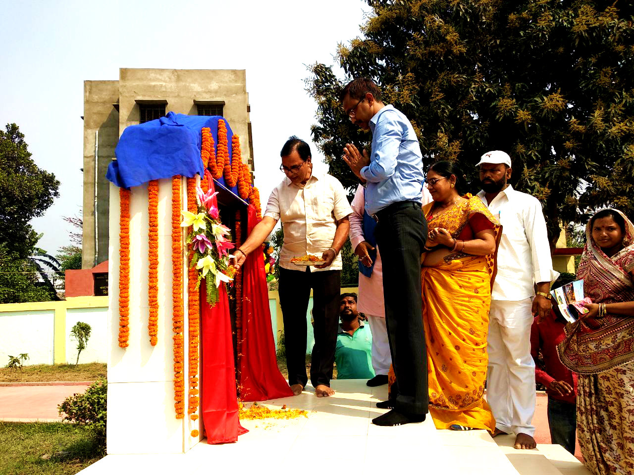 Dr.Madhepuri along with DM Md.Sohail, Zila Parishad Chair Person Smt.Manju Devi and others paying homage to the War Martyrs at Shahid Park , Madhepura.