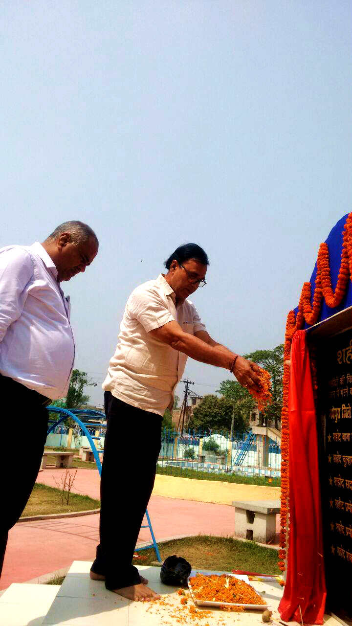 Dr.Madhepuri along with DM Md.Sohail and DDC Shri Mukesh Kumar paying their tributes on Shahid Diwas (23rd March) at Shahid Park Madhepura.