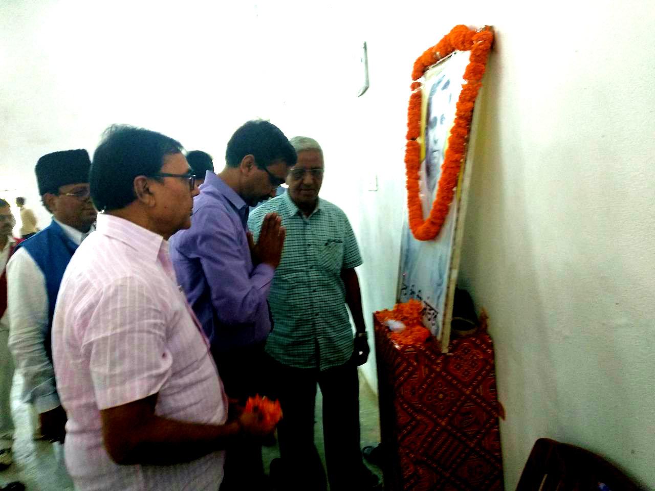 Dr.Madhepuri along with Dynamic DM Md.Sohail , Prof.S.K.Yadav, Md.Shaukat Ali & others giving tributes to Honourable B.P.Mandal at B.P.Mandal Indoor Stadium, Madhepura.