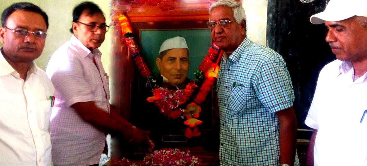 Samajsevi Sahityakaar Dr.Bhupendra Madhepuri, Principal SNPM Md.Shakeel Ahmad, Prof.S.K.Yadav & Dr.Alok Kumar paying tribute to First Law Minister of Bihar Shiv Nandan Pd. Mandal.