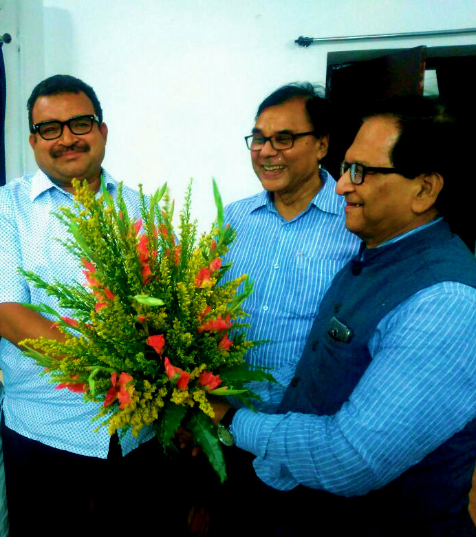 Samajsevi Sahityakar Dr.Bhupendra Madhepuri & Popular Physician Dr.S.N.Yadav giving farewell to SDM Shri Sanjay Kumar Nirala on his transfer from Madhepura.