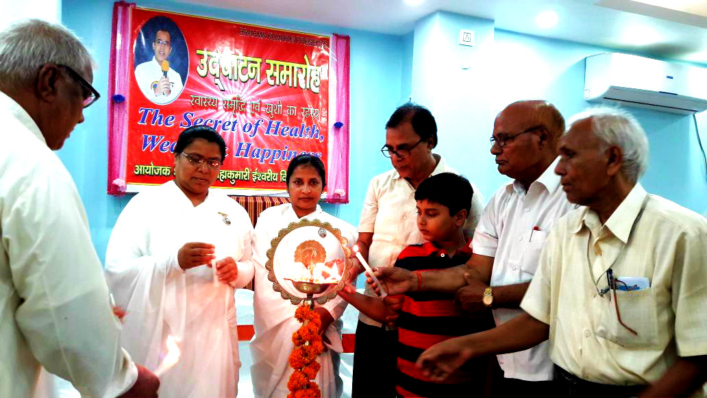 Samajsevi Dr.Bhupendra Madhepuri & his grand son Aditya along with Brahma Kumari Rajyogini Ranju Didi and others inaugurating the 1st Session at Madhepura.