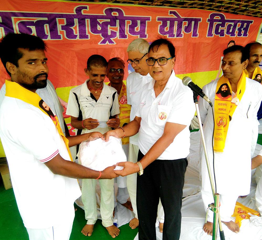 Dr.Bhupendra Madhepuri encouraging the Social Activists Team Members of Khel Guru Sant Kumar, Pasupati Chourasia & others.