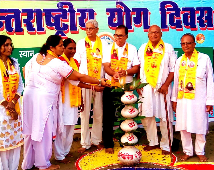 Samajsevi Dr.Bhupendra Narayan Madhepuri along with Janardan Yadav, Dr.Nand Kishor, Parmashwari Parsad, Prof Rita Kumari, Kiran Kumari & others inaugurating the Main Samaroh of International Yoga Day - 2018 at Kirti Krida Maidan, Madhepura.