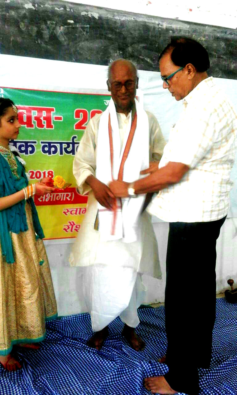 Professor of Physics Dr.B.N.Yadav Madhepuri paying honour to Rashtrapati Awardee Tabla Player Prof. Yogendra Narayan Yadav by giving Angvastram etc on the eve of Vishwa Sangeet Diwas-2018 at T.P.College Madhepura.