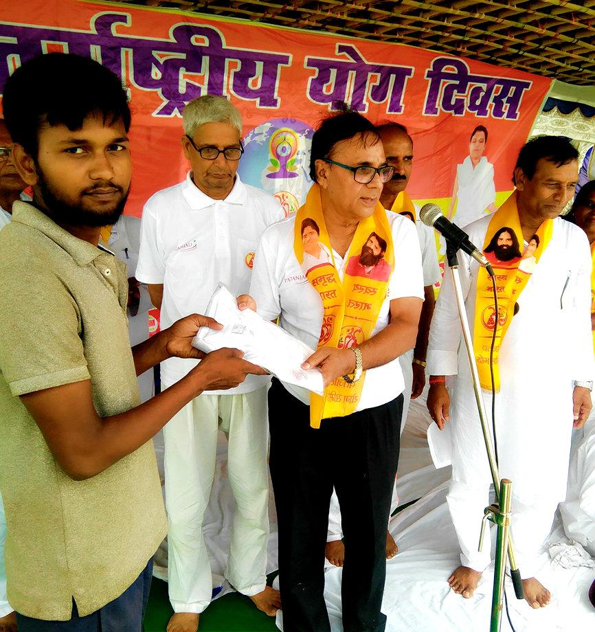 Social activists receiving Patanjali Samman from Dr.Madhepuri.