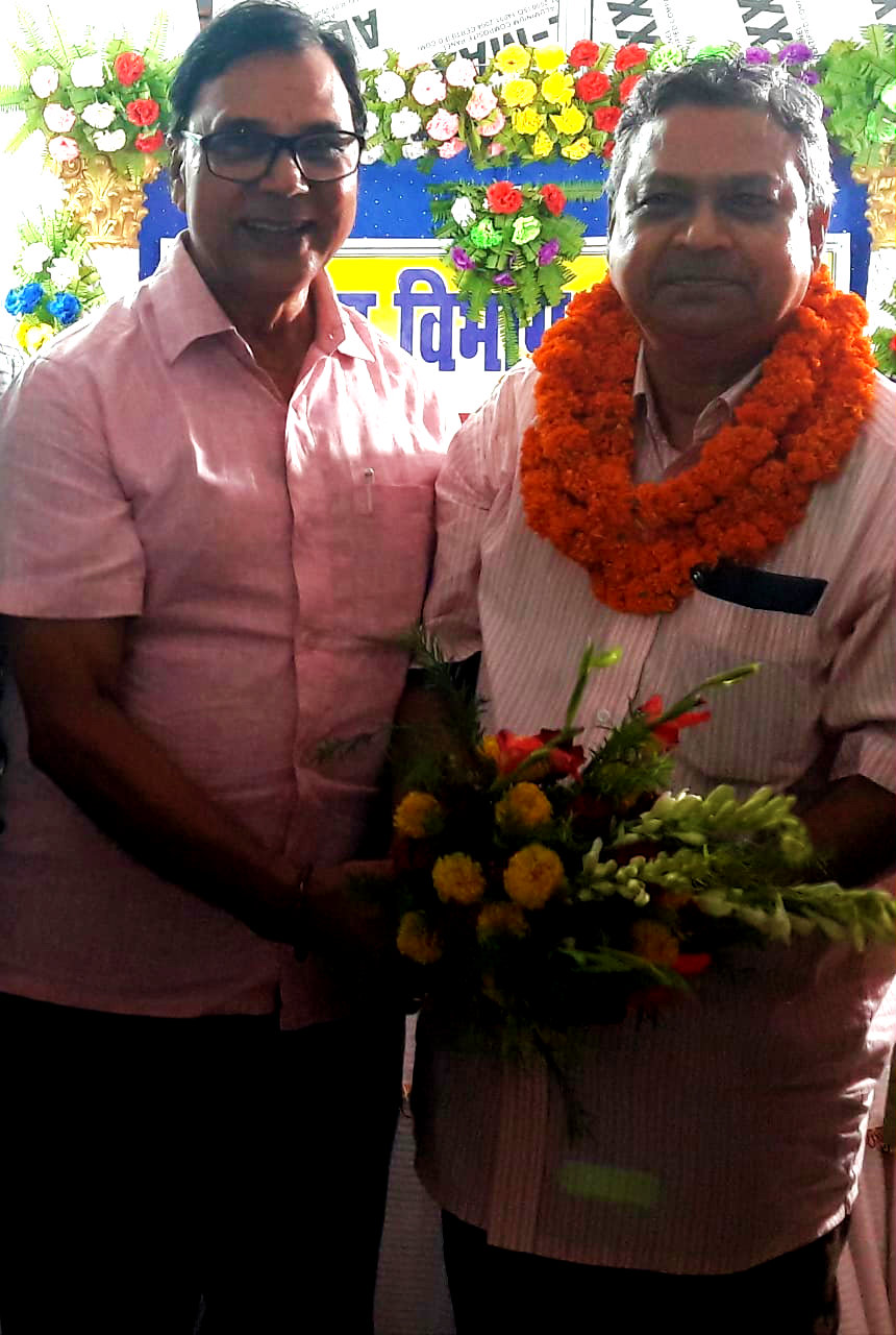 Dr.Madhepuri greeting Civil Surgeon Dr.Gadadhar Prasad Pandey by offering bouquet & Mala on his Samman Samaroh organised on the eve of his retirement at Madhepura.
