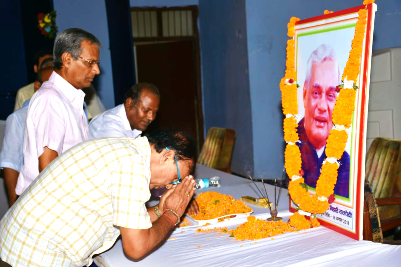 Educationist Dr.B.N.Madhepuri paying homage to the Former Prime Minister Atal Behari Bajpai.